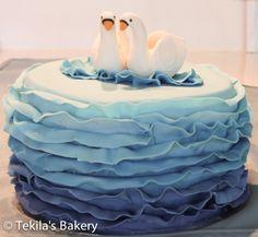 Wedding cake with swans http://www.tekila.fi/blog/2014/05/17/haakakku-joutsenilla/