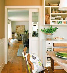 ¡Renueva las puertas de tu casa y parecerá otra! Toda lo que necesitas saber en la web (link en la bio ☝️☝☝) Fotografía: #FerranFreixa Estilismo: @elisabethvidri Esta cocina es un proyecto de @deulonder