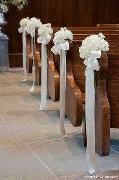 Einfache Blumen für Kirche oder Stühle im Hof Schöne Farbkombi