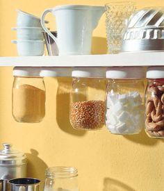 Un'idea fai da te: i barattoli sotto le mensole