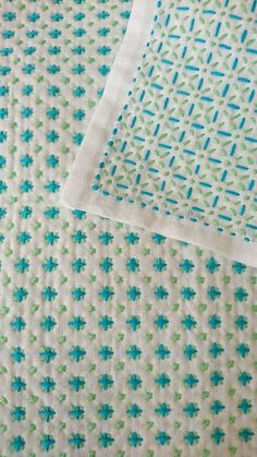 Sashiko using multicolour thread 80 Ingenious Sewing Hacks and Pro Tips You'll Wish You Knew Sooner I love this idea, would be a great project to use with Cosmo Seasons floss. It appears to be a star stitch done with variegated floss; Hand Embroidery Stitches, Hand Embroidery Designs, Embroidery Techniques, Embroidery Applique, Cross Stitch Embroidery, Embroidery Scissors, Hand Quilting, Machine Embroidery, Diy Bordados