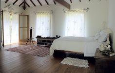 No quarto do casal, os móveis, incluindo a sapateira – um tipo de rack de madeira –, acompanham os moradores desde a primeira casa. Projeto do arquiteto Alexandre Sodré