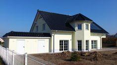 Neu gebautes Haus mit hellem Fassadenputz. Schwarzes Steildach inklusive Photovoltaik-Anlage angebracht durch den Dachdeckermeisterbetrieb Gebrüder Radetzki GmbH in Lutherstadt Eisleben (06295)   Dachdecker.com