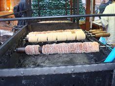 Прага, Чехия: cukrarna Mysak, cafe Savoy, kavarna Slavia или другом уютном кафе старого города, с горячим чаем и сдобной булочкой. Маковые калачи, слойки с повидлом, ватрушки с марципаном и прочая традиционная выпечка.  Trdelnik  трдельник- лакомство из дрожжевого теста, похожее по вкусу на наши вафельные трубочки, аромат стоит непередаваемый. Самое вкусное-это карамельная корочка, которую создают, обваливая тесто в жареных с сахаром и корицей орехах. Запивать горячим глинтвейном.