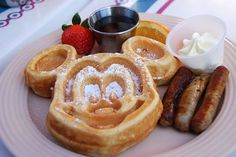 Mickey Waffles Looking for a fun breakfast idea? You can find these Mickey Mouse pancakes for breakfast at resort hotels and at the Carnation Cafe located on Main Street USA. Unfortunately, finding a Mickey Mouse waffle iron is next to. Disney Desserts, Disney Snacks, Disney Disney, Disney Cruise, Disney Style, Comida Disneyland, Disneyland Paris, Disney World Food, Disney Dining