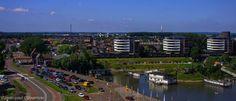 Een mooie dag in juni 2014 tijdens Tiel Maritiem. De pinksterkermis staat op de Waalkade en deze foto nam ik vanuit het reuzenrad. Een dure investering bleek al snel toen ik na 4 rondjes draaien mijn twee euro vijftig verdwenen zag zijn. Vanuit het reuzenrad heb je wel een prachtig uitzicht over Tiel. Je kijkt de Havendijk over, richting de Binnenhoek, de Kranshof. Je ziet de Dromer, Waker en Slaper appartementencomplexen aan de Echteldsedijk samen met servicestation Dijkhuizen op de ...