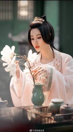 Traditional Gowns, Traditional Fashion, Chinese Style, Chinese Art, Geisha, Asian Wallpaper, Victorian Paintings, Beautiful Goddess, China Dolls