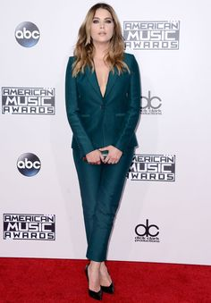 Ashley Benson attending the 2015 American Music Awards in Los Angeles, California Ashley Graham, Vanity Fair, Selena Gomez, Kendall, American Music Awards 2015, Ashley Benson Style, Celebrity Look, Pll, Green Dress