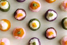 ミナ ペルホネン「野に咲く花のような菓し」。 可憐で優しい色合いとデザインは、さすがミナペルホネン。