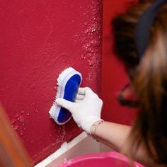 Passate la miscela sulla parte ammuffita della parete