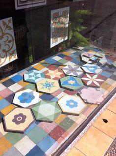 Mi sueño, este mismo potpourri de baldosas Hexagonales en el suelo de un winter garden, con muebles de mimbre blanco o en una mini cocina. Nice!