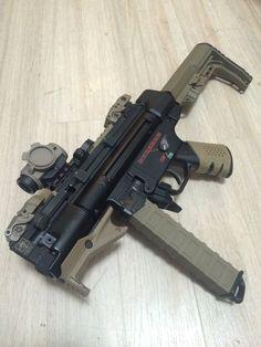 Twitter #gunsammo 埋め込み画像 Weapons Guns, Airsoft Guns, Guns And Ammo, Armas Wallpaper, Armas Ninja, Submachine Gun, Custom Guns, Military Guns, Weapon Concept Art