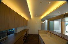間接照明によって、 天井を、浮き上がらせることで、 その下に、 それぞれの場所をつくり出そうとしました…。
