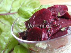 Vyzkoušejte salát z červené řepy, která je plná vitamínů, s blahodárnými účinky bazalky. Samotná příprava salátu trvá jen pár minut, musíme ale počítat s delší dobou vaření řepy.