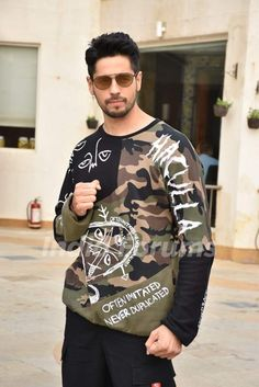 Sidharth Malhotra promotes his upcoming movie Marjaavaan Bollywood Outfits, Bollywood Actors, Bollywood Celebrities, Bollywood Fashion, Stylish Mens Outfits, Stylish Boys, Funny Nicknames For Friends, Ek Villain, Alia Bhatt Cute