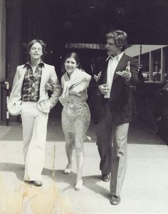 A photo I've seen before: Mark Hamill, Carrie Fisher and Harrison Ford out on the original STAR WARS promotional circuit in the summer of Mark Hamill Carrie Fisher, Carrie Fisher Harrison Ford, Star Wars Cast, Star Trek, Han And Leia, Held, Looks Cool, Carry On, Actors & Actresses
