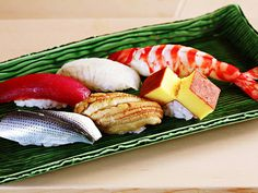 「Sukiyabashi 次郎」自制寿司20贯。2014米其林★★★ 小野二郎被誉为寿司界的左手名匠。以新鲜的食材和寿司握法著称。店面极小,预约很难。下个月去的话必须在本月1日去预订。