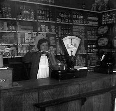 Martien Giebels: Toos van Bussel in de Spar-winkel in Heusden (gemeente Asten). Dochter van Jan en Marietje van Bussel (Ook ouders van Frans, Jac en Mieke van Bussel). Mieke is overleden. Toos en Jac wonen in Asten.