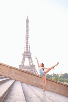 I'm a professional dance & ballet photographer in Paris. You can book your personal dance photoshoot in Paris, enjoy the experience and get amazing photos! Dance Photography Poses, Gymnastics Photography, Dance Poses, Dance Picture Poses, Ballet Pictures, Dance Pictures, Tumblr Ballet, Pre Weding, Ballerina