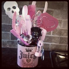 Skull utensils !!!! @Kaleigh Kickass Girl, you so need these in your kitchen!