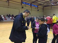 El equipo con los niños de la escuela deportiva del CB Casabermeja