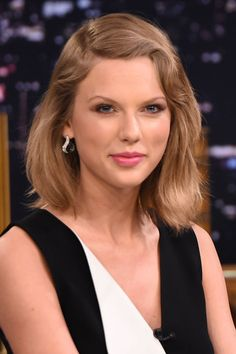 Swift adds a dash of retro to her dark blonde bob by parting it to the side with a subtle, '20s-inspired wave.