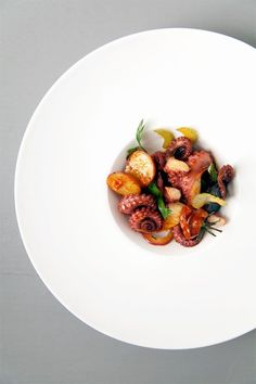octopus salad with roasted tomatoes, potatoes & capers Raw Food Recipes, Seafood Recipes, Gourmet Recipes, Cooking Recipes, Gourmet Desserts, Octopus Salad, Octopus Octopus, Octopus Recipes, Food Decoration