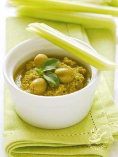 La Salsa alle olive verdi (per bollito uova pinzimonio) è perfetta per accompagnare delle verdure ma è ottima anche su crostini di pane tostato o tartine.