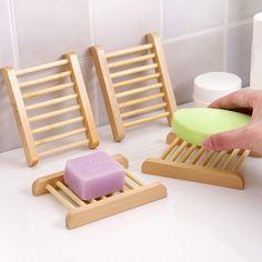 Ce porte savon en bois au design épuré sera du meilleur effet dans votre salle de bains.Rectangulaire et large, il peut recevoir toutes les formes de savon.Ses petits cylindres de bois sont harmonieux et permettent de résister à l'eau qui peut aussi s'écouler aisément.Bien espacés le savon séchera rapidement.La couleur du bois est clair pour un style très nordique et dans l'air du temps.Il convient aussi bien aux salles de bains de femmes qu'à celles des hommes et il est indémodable.A ce…
