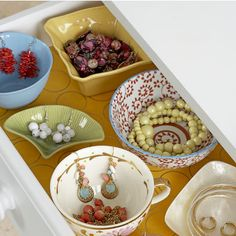 Bowls in a drawer -- LOVE this idea for decluttering/storage! This is from www.tidybrownwren.blogspot.com. A great blog for organizing/beautifying your home!