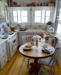 What a wonderful miniature kitchen, great details ~ 1/12 scale Not many achieve this attention to scale and proportion!