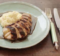 Quem disse que frango tem que ser sem graça? Aprenda a fazer essa receita da Rita Lobo de peito de frango com molho de laranjas e purê de batatas e se delicie!