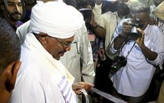 Sudan's President Omar Hassan al-Bashir (C) casts his ballot during elections in the capital Khartoum April 13, 2015. REUTERS/Mohamed Nureldin Abdallah