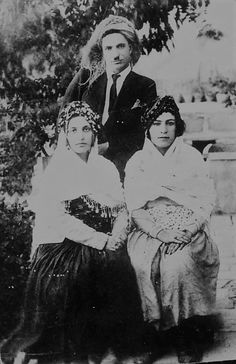 مەجیدخان میرموکری و دوو خانم لە بنەماڵەکەیان.ساڵی١٩١٣ی زایینی،مەهاباد،کوردستان/لە وێنە مێژووییەکانی کورد و کوردستان وەرمگرتوە٠