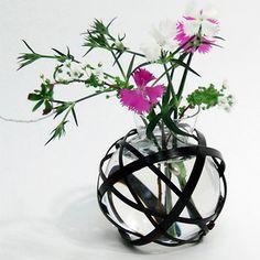 竹とガラスのコンビネーションが涼やかでスタイリッシュ。【つる首小花入れ黒ガラスセット 大】