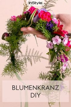 Blumenkränze selber binden: So easy klappt der Haarschmuck! Tie flower wreath yourself? It's easy. With our detailed hair ring tutorial you get your perfect flower crown with fresh flowers! Perfect for weddings, Oktoberfest or festivals. Diy Jewelry Rings, Diy Jewelry Unique, Diy Jewelry To Sell, Diy Jewelry Holder, Hair Jewelry, Flower Jewelry, Hand Flowers, Bridal Flowers, Diy Flowers