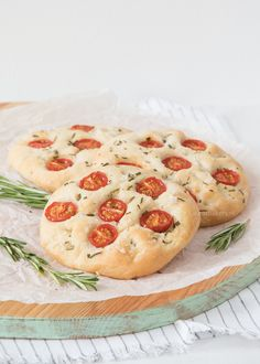Rozemarijn-zeezout focaccia's met tomaat - Laura's Bakery A Food, Good Food, Yummy Food, Bakery Recipes, Cooking Recipes, Quiches, Proof Of The Pudding, Sweet Cooking, Savoury Baking