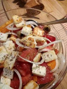 Овощной салат с жареным адыгейским сыром, помидорами, болгарским перцем, луком и оливками. Быстрое блюдо, которое готовится за 15 минут. Ингредиенты 100 г адыгейского сыра 1 ст.л. раститель…