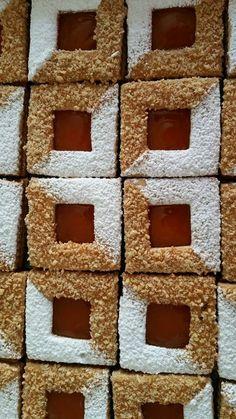 Ingrédients: 500 g de beurre Un verre de sucre glace Une cuillère à soupe de nescafé en poudre 2 œufs Un verre de maïzena Un paquet de levure chimique De l Waffle Cookies, Biscotti Cookies, Cupcake Cookies, Arabic Sweets, Arabic Food, Desserts With Biscuits, No Bake Desserts, Moroccan Desserts, Biscuits