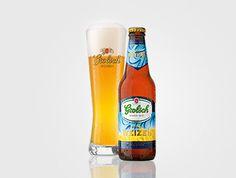 GROLSCH PUUR WEIZEN  Puur en verfrissend van smaak  Puur Weizen is een krachtig volfris bier, gebrouwen naar eeuwenlange traditie volgens het Reinheitsgebot met pure ingrediënten. Dit bier heeft een kruidig aroma en de frisheid van citroen. Schenk het troebele bier langzaam in, tussendoor ''walsen'' met een voorzichtige polsbeweging, uitschenken met een romige schuimkraag hoog boven de rand van het glas.  Grolsch Puur Weizen is verkrijgbaar in fles (30cl) en van de tap geserveerd in het voor…