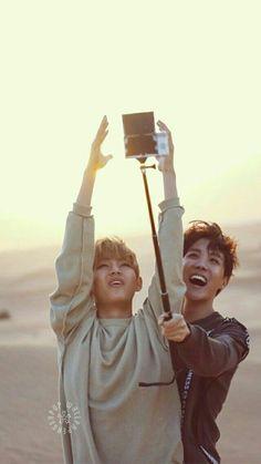 hoseok: c'mon, catch it shortie taehyung: hyung i'm literally taller than you i'm just sinking in the sand taehyung: the cam's not even turned on— Bts Taehyung, Jimin, V E Jhope, Bts E Got7, Bts Bangtan Boy, Bts Boys, Namjoon, Jung Hoseok, Foto Bts