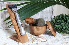 A special gift for the man!  Practical & shapely ... This very noble stand for razors made of olive wood is decorative, brings order to your bath and allow the good drying of the shaver after shaving. This unsightly water spots are avoided on washbasin or shelf. The holder is suitable for all brands of wet razors. (Decorative items and razors are not included.)  Also part of the set of 3 to: Plucked from genuine roof back hair fixed on a handle of olive wood and matching a Rasierdose to l...