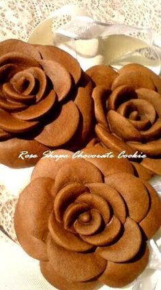 Rose cookie ~ pic only Easy Sweets, Sweets Recipes, Cookie Recipes, Desserts, Cookie Ideas, Rose Cookies, Cupcake Cookies, 3d Rose, Summer Cookies