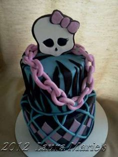 i have no clue what monster high is, but good god, this is THEE most adorable cake. love that chain!! lol @ariana shankasaurus