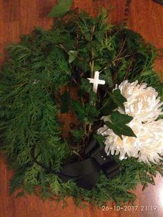 Christmas Pine Cones, Christmas Ideas, Christmas Wreaths, Funeral Sprays, Funeral Flowers, Holiday Decor, Home Decor, Decoration Home, Room Decor