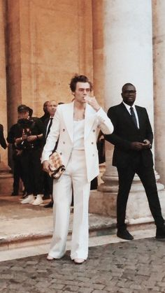 harrystyles guccicollection harry hazz harold gucci hands rings beauty harrystyles beautiful fabulous onedirection nail fingers Fashionshow fashion show Harry Styles Updates, Harry Styles Fotos, Harry Styles Pictures, Mr Style, My Life Style, Love Of My Life, Beige Aesthetic, Aesthetic Vintage, Harry Styles Clothes