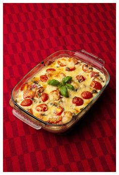 Chicken gratin with salami, basil and tomatoes Dessert Recipes, Desserts, Yummy Recipes, Lchf, Quiche, Macaroni And Cheese, Cauliflower, Food And Drink, Low Carb