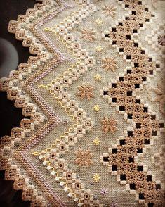 Nenhuma descrição de foto disponível. Bordados Tambour, Tambour Embroidery, Hardanger Embroidery, Embroidery Stitches, Hand Embroidery, Drawn Thread, Thread Work, Crochet Tablecloth, Crochet Doilies