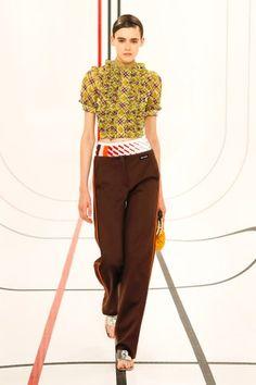 Miu Miu Prêt-À-Porter Printemps-Été 2021 - Défilés | Vogue Paris Paris Fashion Week, Runway Fashion, Fashion News, Fashion Beauty, Fashion Trends, Miu Miu, Vogue Paris, Prada, Vogue Russia
