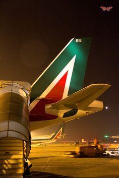 "Alitalia Airbus A320-216 ""Vincenzo Monti"" unloading at Linate airport apron (ramp)"